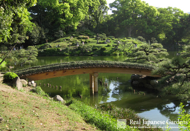 Wooden curved bridge in the Kiyosumi garden.